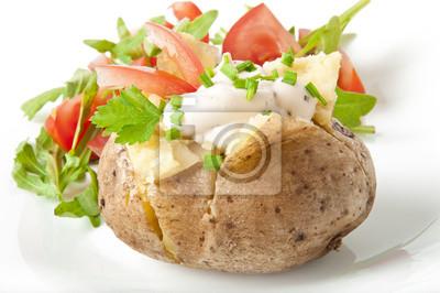 Pieczone ziemniaki wypełnione śmietaną i rukolą