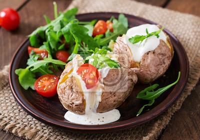 Pieczone ziemniaki wypełnione śmietaną, rukolą i pomidorami
