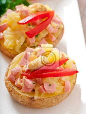 pieczone ziemniaki z kiełbasą i surówką