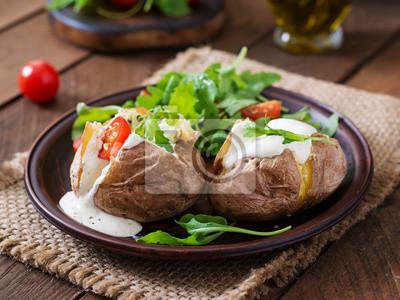 Pieczony ziemniak wypełniony śmietaną, arugulą i pomidorami