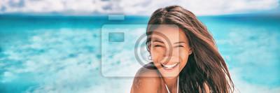 Plakat Piękna Azjatycka kobieta uśmiecha się relaksować na lato plaży sztandaru sunbathing panoramie.