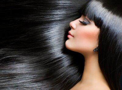 Plakat Piękna dziewczyna brunetka. Zdrowe długie włosy