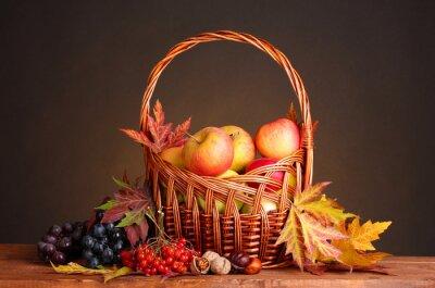Plakat Piękna jesień żniwa w koszyku i liści