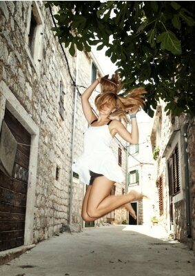 Plakat Piękna kobieta skoki boso na ulicy