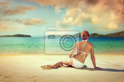 Piękna kobieta w białym bikini opalania na plaży na b