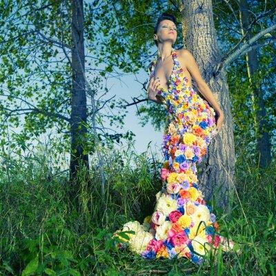 Plakat Piękna kobieta w sukni z kwiatami