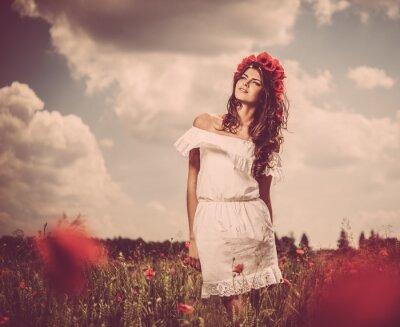 Plakat Piękna młoda brunetka dziewczyna w maku złożony