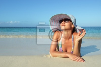 Piękna młoda kobieta, leżąc na plaży snu