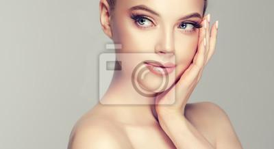 Plakat Piękna młoda kobieta z czystą skórę świeżego odwracając. Dziewczyna piękna pielęgnacja twarzy. Zabieg na twarz . Kosmetologia, piękno i spa.