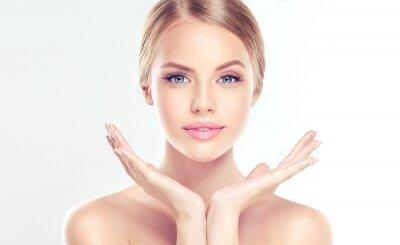 Plakat Piękna młoda kobieta z czystego świeżego skóry. Zabieg na twarz . Kosmetyki, urody i spa.