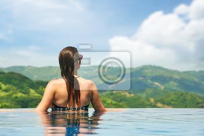 Piękna młoda seksowna kobieta korzystających z odpoczynku na skraju prześcignąć