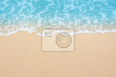 Plakat piękna piaszczysta plaża i delikatna błękitna fala oceanu