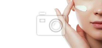 Plakat Piękna twarz. Piękna młoda kobieta z czystą świeżą skórą dotykać własnej twarzy i ciała. Zabieg na twarz. Koncepcja kosmetologii, urody i spa