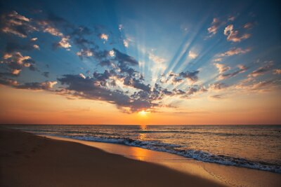 Plakat Piękne cloudscape nad morzem, wschód słońca strzał