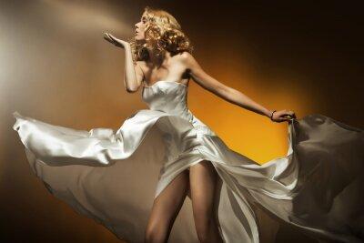 Plakat Piękne kobiety na sobie białe ubranie