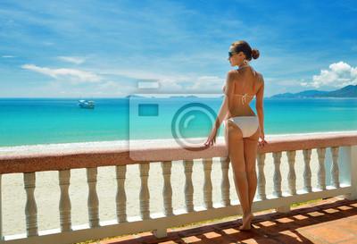 Piękne kobiety w bikini na tarasie marzeń