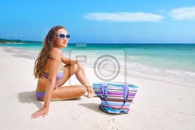 Piękne kobiety w bikini opalania nad morzem