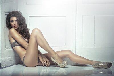 Plakat Piękne kuszącą młoda kobieta w seksownej bieliźnie