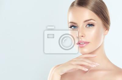 Plakat Piękne Młoda Kobieta Z Czystego Świeżego Skóry. Zabieg na twarz . Kosmetologia, uroda i spa.