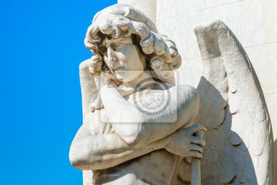 Plakat Piękne młody mężczyzna anioł na niebieskim niebie z miejsca na tekst