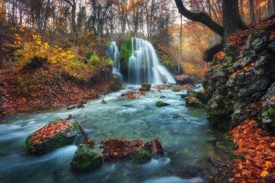 Plakat Piękne wodospad w lesie jesienią w górach krymu na słońcu
