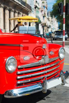 Plakat Piękne zabytkowe samochód na ulicy w centrum Hawany