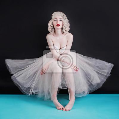 Plakat Pięknej blondynki seksowna kobieta z birthmark na twarzy na czarnym tle. Młoda blada dziewczyna z blond włosami. Piękna glamour kobieta w tutu balet z kolczyki na uszach.