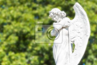 Plakat Piękny anioł w rozproszonym tle drzew