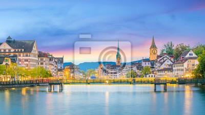 Plakat Piękny widok na historyczne centrum Zurychu o zachodzie słońca