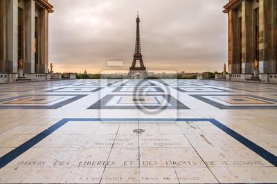Plakat Piękny widok wieży Eiffla widziana z placu Trocadero w Paryżu, Francja