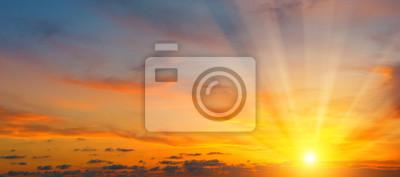Plakat piękny wschód słońca i pochmurne niebo