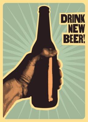 Plakat Pij nowe piwo! Plakat typograficzny styl vintage piwo. Ręka trzyma butelkę piwa. Retro ilustracji wektorowych.