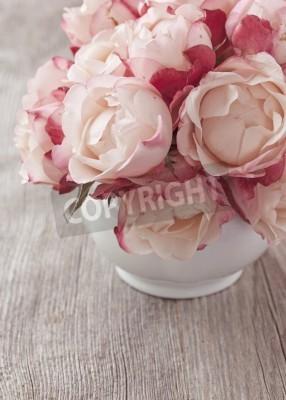 Plakat Pink roses on wooden desk