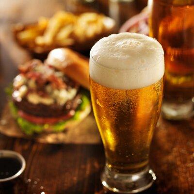 Plakat piwo z hamburgerami na tabeli restauracja