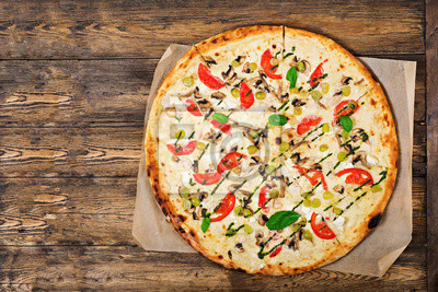 """Pizza z pomidorami, mozzarellą, grzybami i pesto bazyliowym. Pizza """"Caprese"""". Włoskie jedzenie. Widok z góry. Płaskie leżało"""