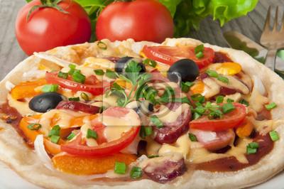 pizza z pomidorów, ser, oliwki czarne i papryki.