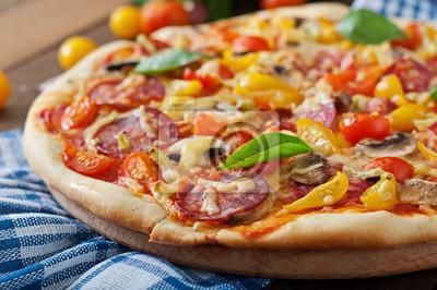 Pizza z salami, pomidorami, serem i grzybami