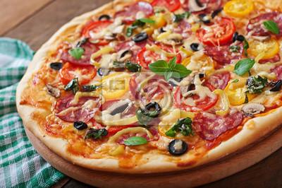 Pizza z salami, pomidorem, serem i oliwkami
