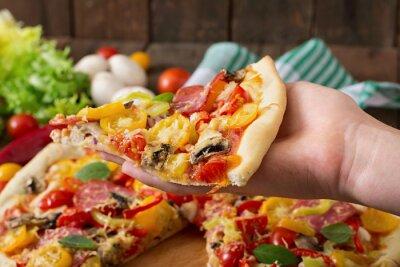 Pizza z salami, pomidorem, serem i pieczarkami
