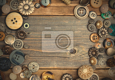 Plakat placer of vintage buttons with copy space on textured old boards