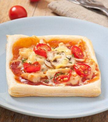 plasterki pizzy z kurczakiem i pomidorami