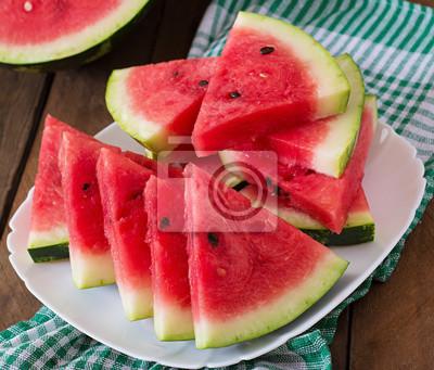 Plastry soczyste i smaczne arbuza na białym talerzu