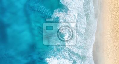 Plakat Plaża i fale z góry. Turkusowy wodny tło od odgórnego widoku. Seascape lato z powietrza. Widok z góry z drona. Koncepcja i pomysł na podróż