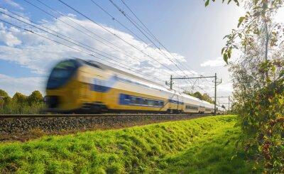 Plakat Pociąg pasażerski w ruchu z dużą prędkością w słońcu