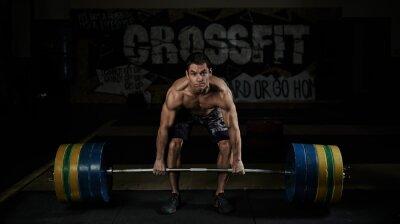 Plakat Podnoszenie ciężarów. Sport. Wytrzymałość. Muskularny półnagi zawodnik podnoszenia ciężkich sztangą na siłowni.