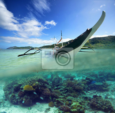 Podróż kartkę z filipińskiej łodzi na tle zielonej wyspy
