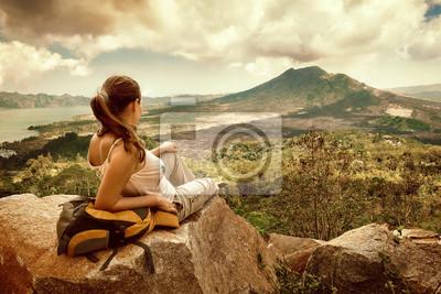 Plakat Podróżnik kobieta, patrząc na wulkan Batur