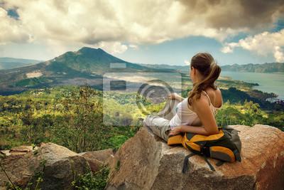 Podróżnik kobieta, patrząc na wulkan Batur