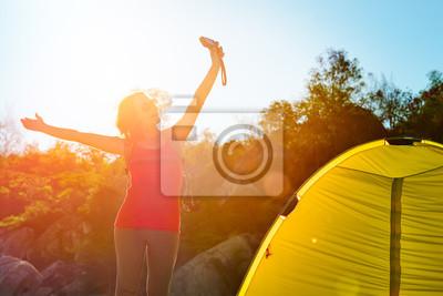 Plakat Podróżnik Szczęśliwa dziewczyna z podniesionymi do góry rękami i wschód słońca kamera korzystających widzenia