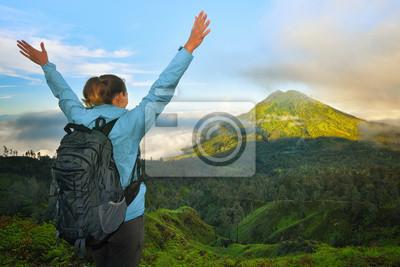 Podróżnik z plecak relaks na szczycie góry i enjoyin